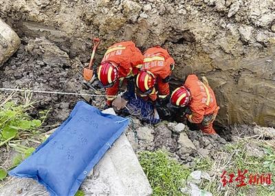 消防挖土救人
