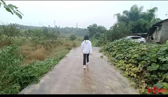 小玲走在老家的村道上