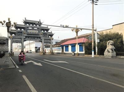2019年1月7日,西丰村村口。案发时,郭宁倒在右侧的石狮子前。新京报记者 王翀鹏程 摄