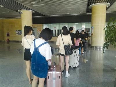 隆昌北站的汽车站售票大厅,旅客排队购票