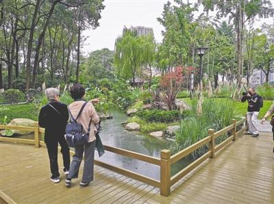 游客在景观带拍照