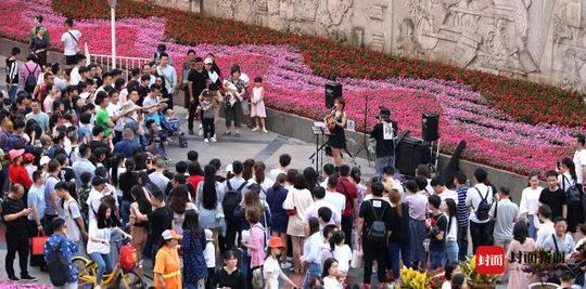 成都街头艺术表演本周末正式回归 将增加非遗文化表演、杂技等