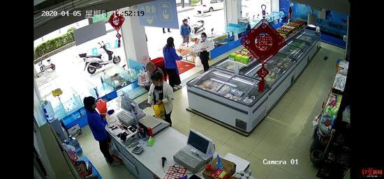 """扫码付款""""耍手脚""""逃单 她专挑海鲜超市下手被监控拍下"""
