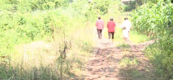 一条泥路困了10余户村民六七年 当地政府回应来了