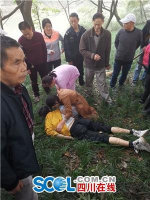 现场直击:两市民坠河遇险 市民冒死营救