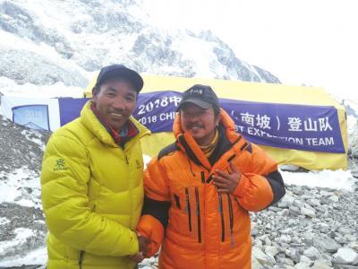 肖军与登顶珠峰21次的夏尔巴(左)合影。