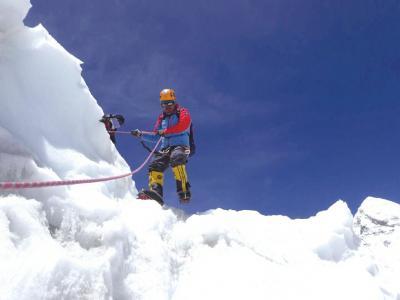 肖军过昆布冰川。