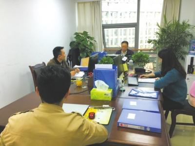 遂宁市纪委监委四室的同志们在讨论案情。