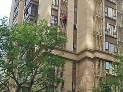 成都硬核孃孃飞檐走壁 从高楼外墙爬下疑有老年痴呆
