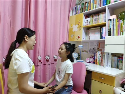 杨雨彤(右)正在和妈妈聊天