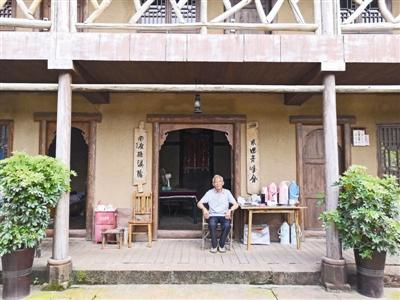 眉山市丹棱县幸福古村,龚绍荣老人坐在自己的大院门口享受慢时光