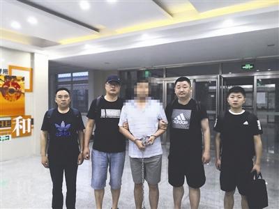犯罪嫌疑人陈某被民警带回南充 图据警方
