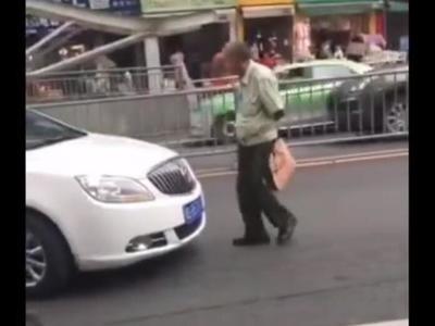 """四川现神级""""碰瓷"""" ? 大街上逼退小轿车"""