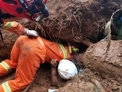 河堤堡坎突然垮塌 雅安消防員徒手刨泥救出被困女子
