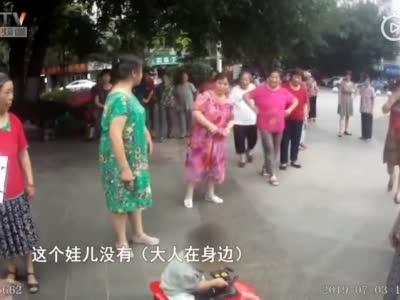 """视频丨四川一警察8天""""捡""""6个娃 家长们你们心可真大啊!"""