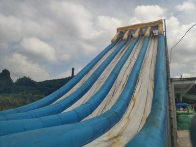 记者8月4日随机走访马鞍山市当涂县威尼士水上乐园,该乐园中的大型充气水滑梯看起来十分破旧,白色表面大面积变成锈红色或黑色。 新华社发