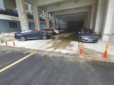 隔离桩被破坏,通道内车辆乱停、路面积水