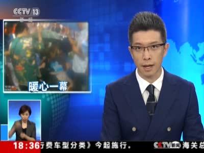 视频丨巴中:老人雨中晕倒 市民为其撑伞
