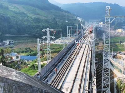 时速250公里 成贵铁路全线铺轨完成
