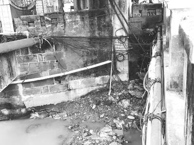 竹公溪河道两侧管线杂乱 乐山市民呼吁尽快治理