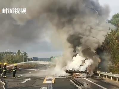 视频丨南充:货车高速起火 消防紧急救援