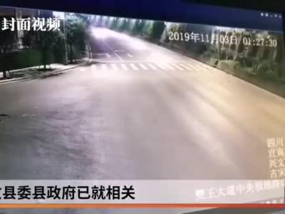 视频丨四川宜宾山体突发滑坡 货车急拐弯完美避险
