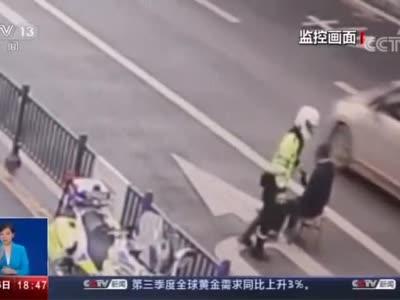 """视频丨暖心!自贡民警硬核""""公主抱""""将残疾大叔抱过马路"""