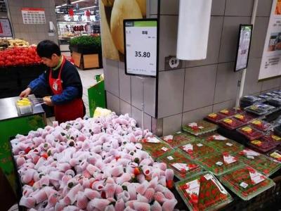 冬草莓上市30元两斤还送篮子 现售草莓比去年便宜近半