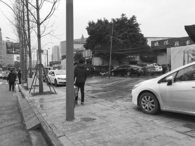路边洗车店:车辆停盲道 污水到处流