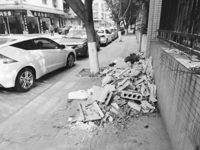 【环保曝光台】人行道上有一堆建筑垃圾
