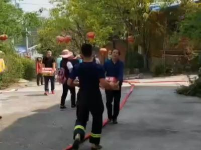 视频丨西昌市民感谢消防员灭火保校园 送来水果饮料还有药品