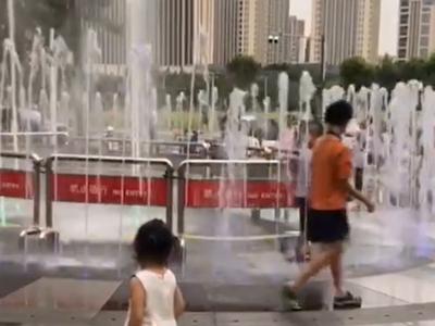 家长担心广场喷泉漏电伤人 商场管理方:将立即排查安全隐患