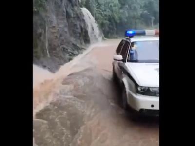 崇州九龙沟上山路段河水漫上路面 已限制外来车辆驶入
