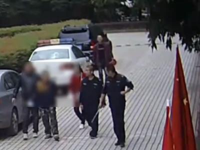 """眉山一""""笨贼""""偷电瓶车被发现 慌不择路翻墙逃进公安局"""