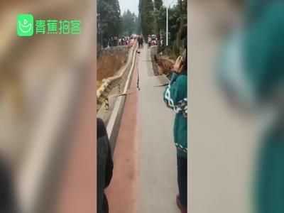 四川洪雅县余坪至雅安一处路基塌陷 村民拍下垮塌惊险瞬间