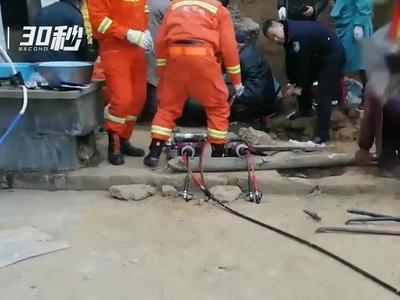 约6吨重泥石压住四川一老人 道路狭窄消防借电三轮前往救援