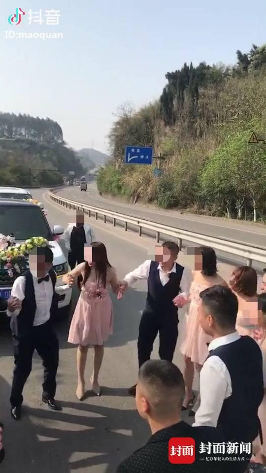 一支婚车队伍占用国道围成一圈跳舞,并拍摄成视频上传抖音。