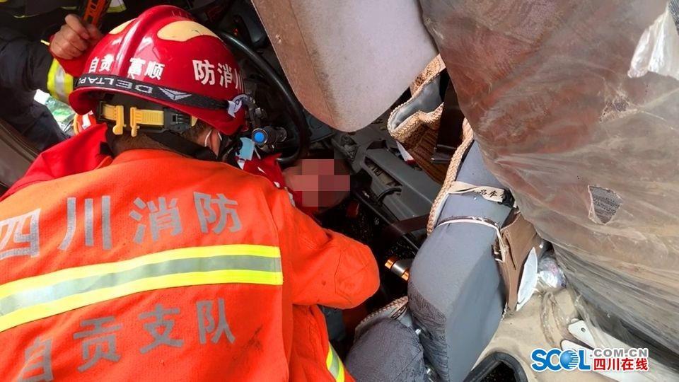 蓉遵高速自贡段一吊臂货车侧翻 被困司机淡定接受救援