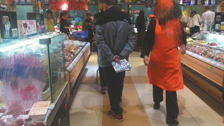 部分市民购物时选择自带购物袋。
