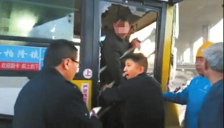 交通事故发生后,犯罪嫌疑人王某某被拦在公交车内不准下车。(视频截图)
