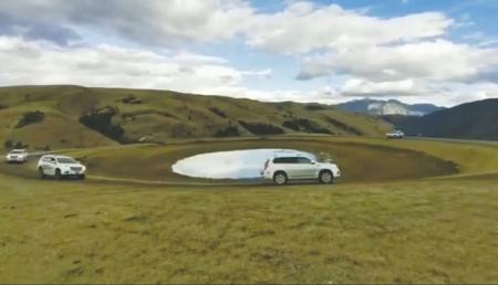 """5辆越野车在""""格聂之眼""""留下""""黑眼圈""""(视频截图)。"""
