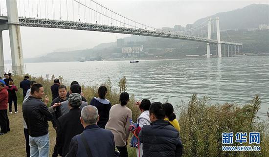 重慶公交車墜入長江 牽動人心的問題答案在這里