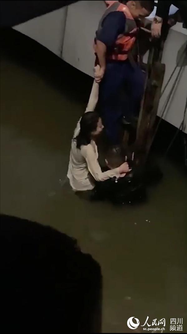 民警救起轻生女子。宜宾市公安局供图