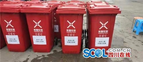 """为防控疫情,一夜间,这种""""红色垃圾桶""""出现在绵阳街头"""