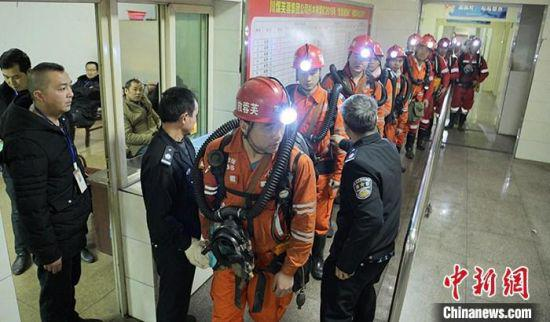 12月15日,四川珙县,救援人员进行下井前的安检。中新社记者 刘忠俊 摄