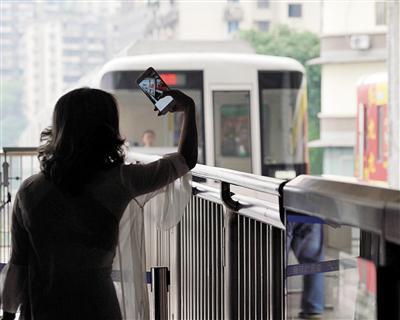 揭秘重庆网红景点李子坝轻轨站:为节约成本设计轻轨穿楼