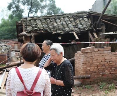 简阳贾家镇河水猛涨民房倒塌前十分钟 邻居救出八旬老人
