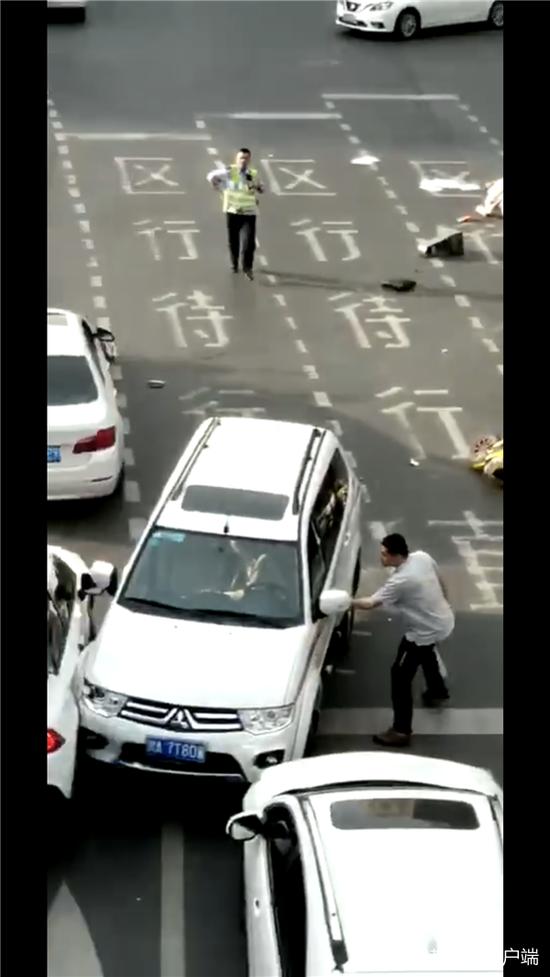 路遇机动车撞飞交警