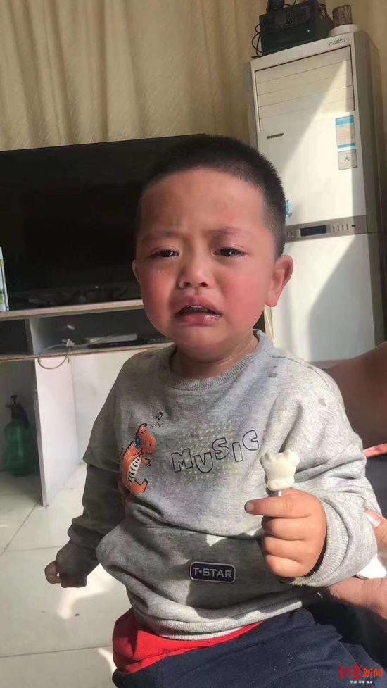"""↑孩子哭喊着要找""""爸爸,妈妈"""""""