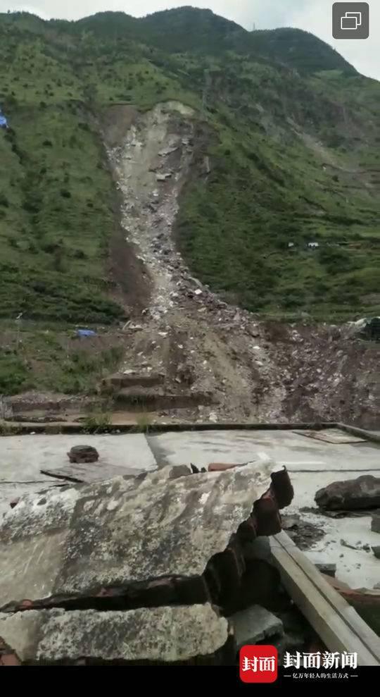 8月14日成昆线岩体崩塌现场